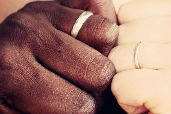 Un étranger marié avec un.e Français.e doit-il obligatoirement retourner dans son pays pour y demander un visa?